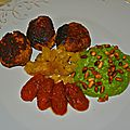 Boulettes de poulet, ananas poêlé, purée de petits pois et tomates confites