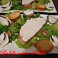 Salade verte, tièlle, champignons de paris et tartine de brandade de morue sur un pain aux olives noires