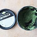 Le <b>nettoyant</b> <b>visage</b> Lush à base d'herbe