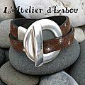 Marron touché daim et étoile argentées diffuses pour le cuir de ce <b>bracelet</b> <b>double</b> <b>tour</b> et son gros fermoir toggle rond ! Qu'en