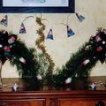 2004 12 cascade de fleurs sur bougeoirs