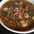 Soupe asiatique aux crevettes tigrées, champignons et poivrons