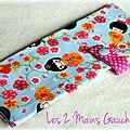 Des geishas ... des fleurs ... une pochette à <b>barrettes</b> jolie et pratique !