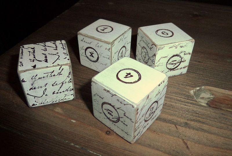 Petits cubes en bois, écritures anciennes, numéros