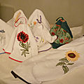 Mes essuie-mains en tissu éponge et <b>broderies</b> récupérées sur des chutes de voilages de cuisine