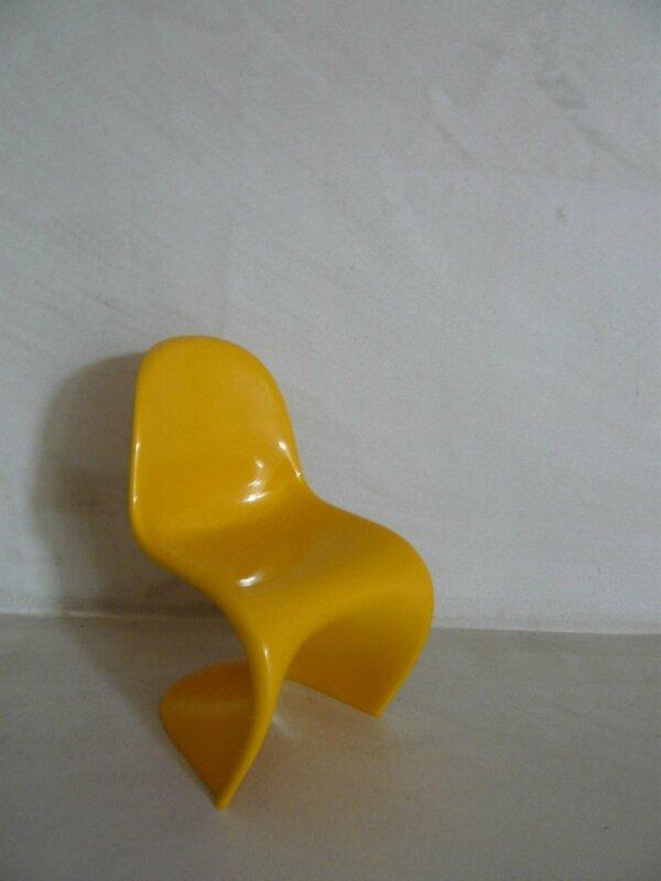 Chambre d'hôte Perpignan Canartist Francoise Chalade chambre terre fauteuil design La loge lampe artemide miniature chaise design (3)