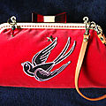 Pochette Hirondelle old school et velours rouge.