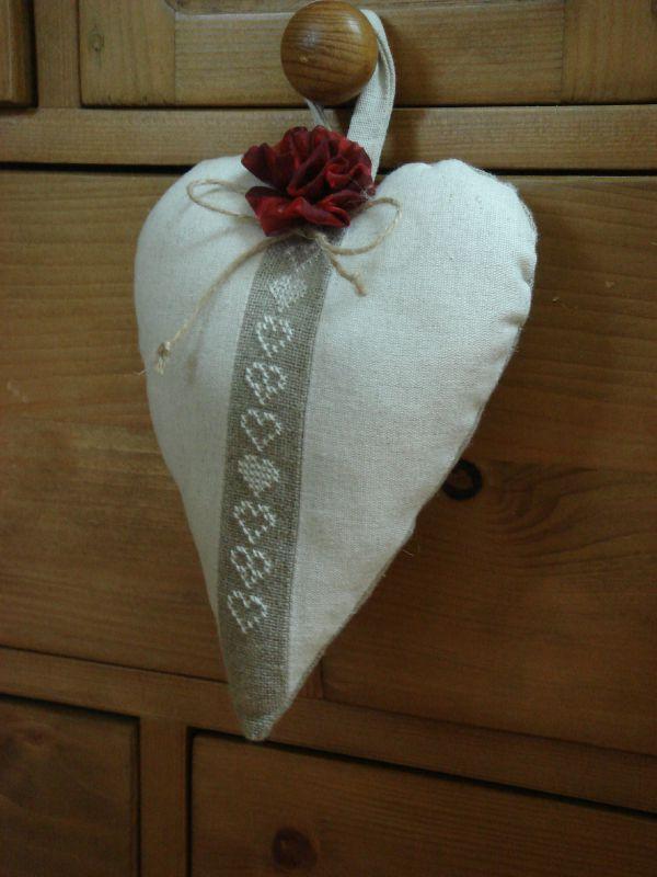 coeur brodé rose en tulle rouge