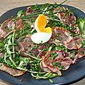 Salade de pissenlits, jambon cru italien, oeuf mollet