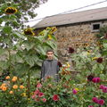 2008 09 18 Cyril devant ses tournesols et dahlias