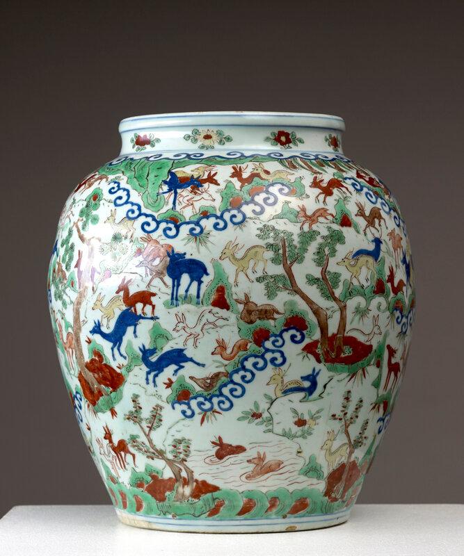 Important vase à décor « aux cent daims » bai lu en émaux cinq couleurs Wucai, Chine, Dynastie Ming, marque à six caractères et époque Wanli (1573 -1619)