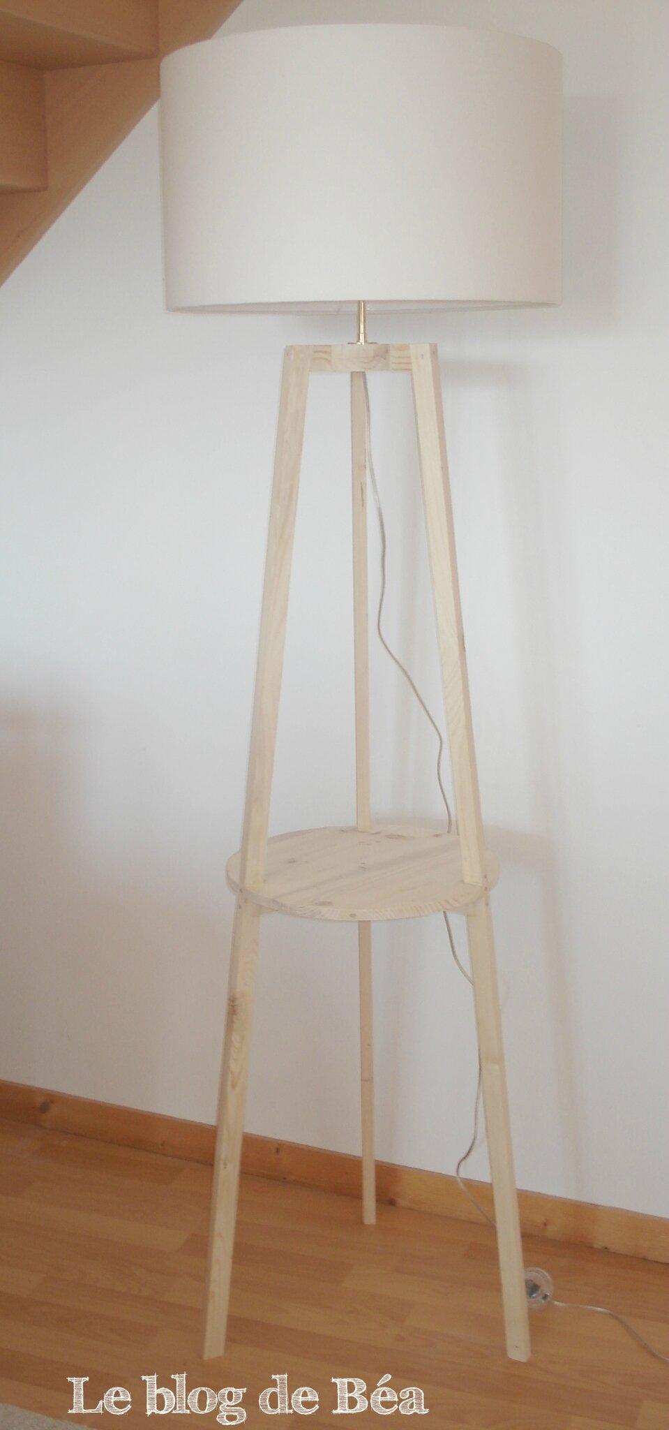 Lampadaire tripode fabriqué en bois de palette