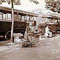 Marchande de fleurs devant un arrêt d'omnibus 1912