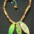 Collier avec quelque perles et chutes de pâtes (restes du collier feuillage vert et jaune)
