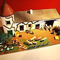 Une ferme miniature vintage ! Un joli <b>jouet</b> avec ses personnages et animaux...