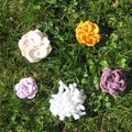 Fleurs crochetées sur vrai gazon