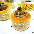 Mini <b>bouchées</b> feuilletées au caviar d'aubergine avec des perles de jus de citron et des graines de nigelle
