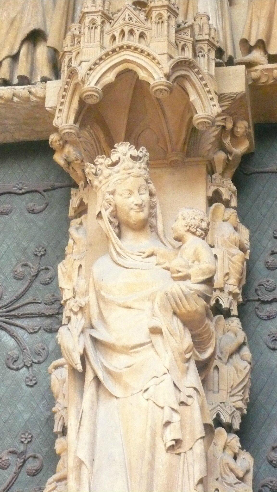 splendide vierge sur le portail de la cathédrale 1