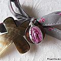 Croix de l'Immaculée fushia et médaille grise (sur ruban France Duval Stalla anthracite cerises fushia)