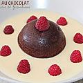 Mini cakes au chocolat, crème anglaise et framboises