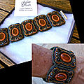 Bracelet en cinq parties dans les tons de bleu canard et orange.
