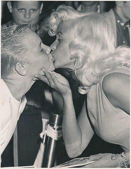 jayne-1957-07-27-hollywood-radio_city_theatre-kiss_13years_boy