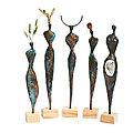 Statuettes longilignes en papier bronze avec éléments naturels