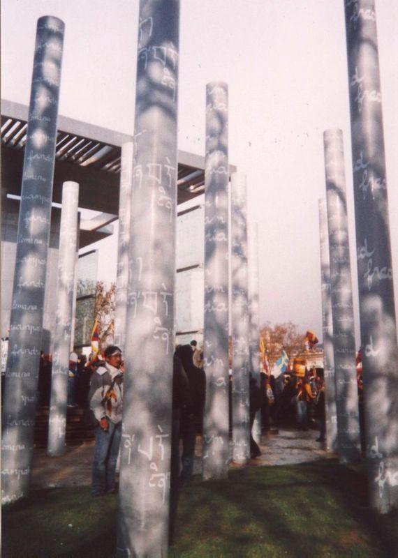 Au Mur de la Paix, devant la colonne tibétaine