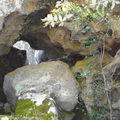 Grotte et éboulements - Au fond, aménagement de blocs en enceinte !