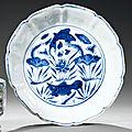 Petit bassin en porcelaine bleu blanc. chine, dynastie ming, xviie siècle