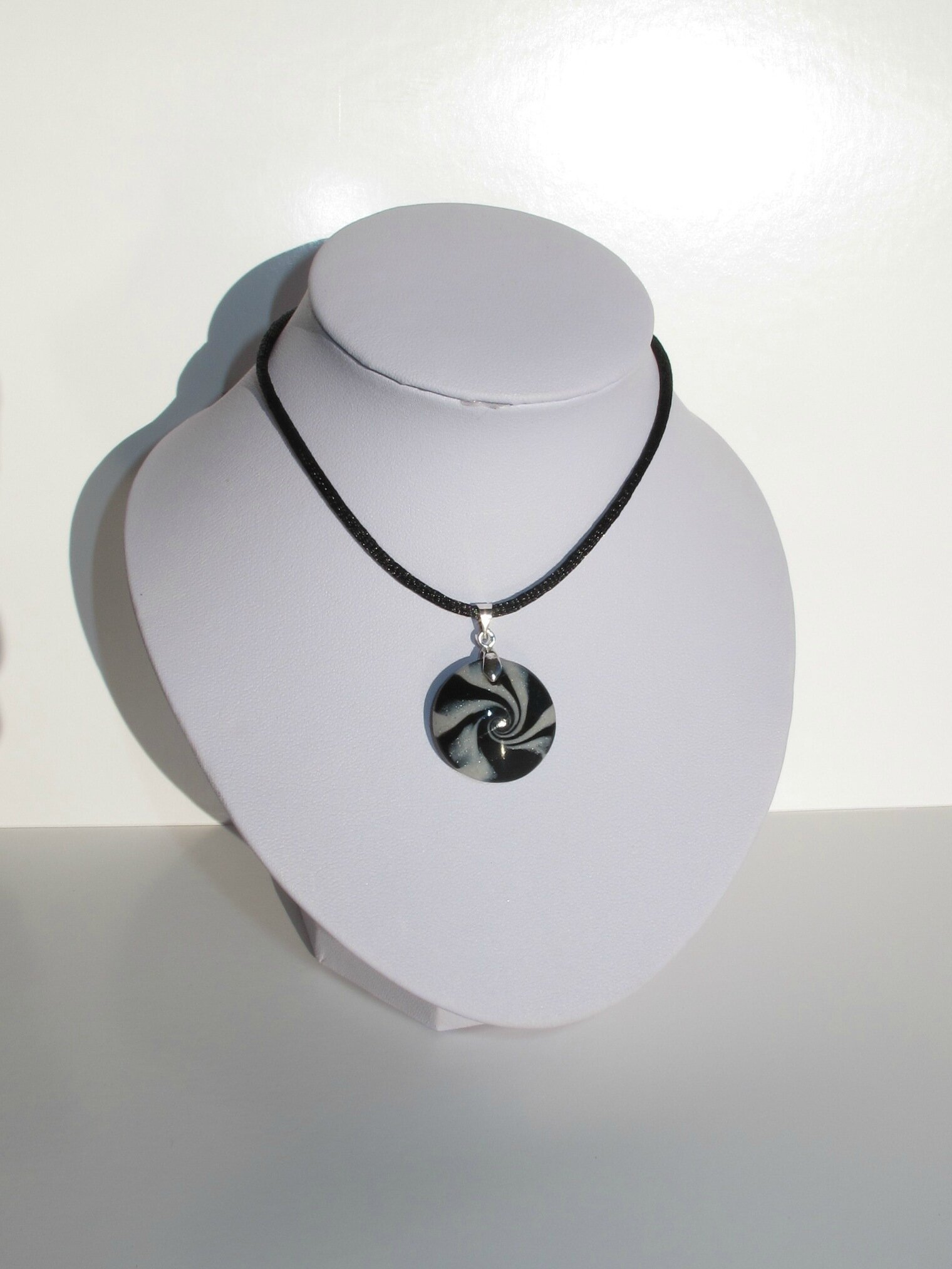 pendentif rond fimo swirl noir gris buste blanc
