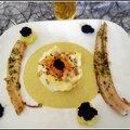 Petit nid d'oiseau sur un velouté de poireaux accompagné, d'anguilles fumées et de caviar