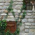 En bois, en harmonie avec le mur et la fenêtre (45)