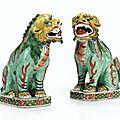 Paire de chiens de Fô en porcelaine polychrome Dynastie Qing, époque Kangxi