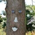 Masque sur un arbre