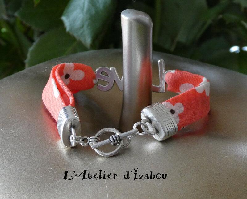 P1030138 Bracelet Love, cordon liberty à fleurs corail et fermoir toggle rond