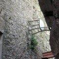 chaise-dans-le-mur