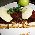 Tartelette au parmesan, sur son confit d'oignons caramélisés, au boudin noir et pommes granny