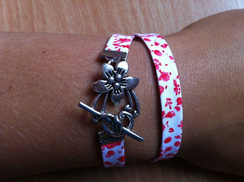 Bracelet tissus double petites fleurs rouges