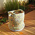 Un grand panier en tissu crocheté