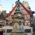 Statue du vendageur pigeant, place du Bareusey à Dijon