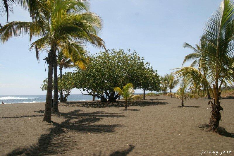 plage de sable noir etang salé