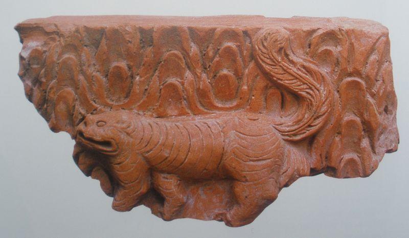 Brique Génie Tigre, Trân (1225-1400), retrouvée à Kim Ma, Musée Histoire du VN (Hanoi).