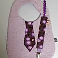 Bavoir mauve et attache tétine petit pan coquelicots violets