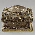 Coffret-reliquaire, vers 1200, argent, cristal de roche, perles
