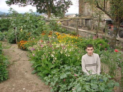 2008 08 19 Cyril Treveys devant son jardin de fleurs