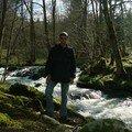 2008 04 23 Cyril devant une rivière près du Chambon sur Lignon
