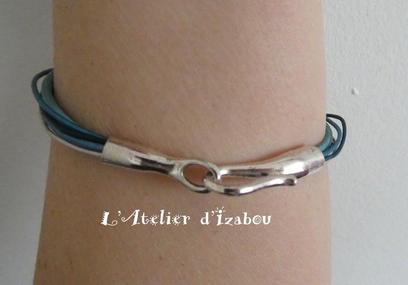 P1030174 Bracelet multirangs camaïeu de cuirs bleu, fermoir crochet