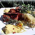 Choucroute avec des saucisses et du jambon grillés à la plancha