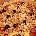 Pizza (base tomate,poulet,chorizo,mozza,olives noires)